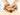 Frauenhände halten einige  Ingwerknollen in Nahaufnahme